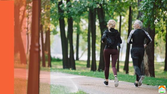 deux personnes courent ensemble dans un parc sans musique