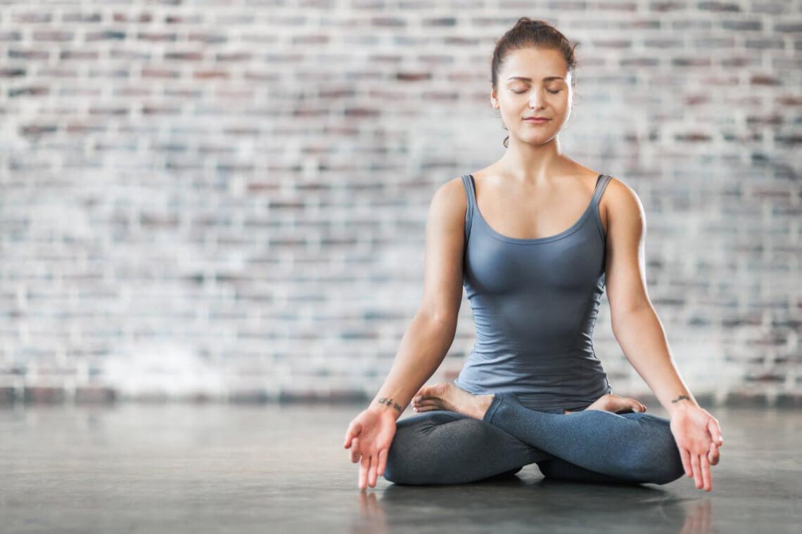 femme qui fait du yoga